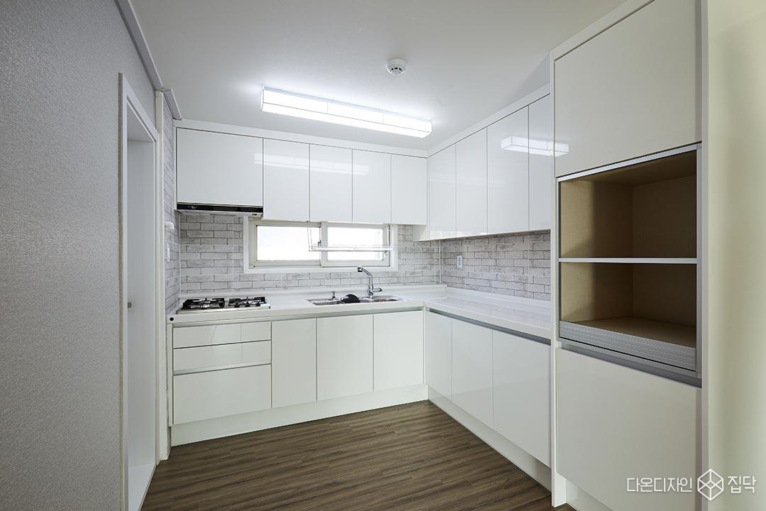 주방,화이트,LED조명,강마루,수납공간