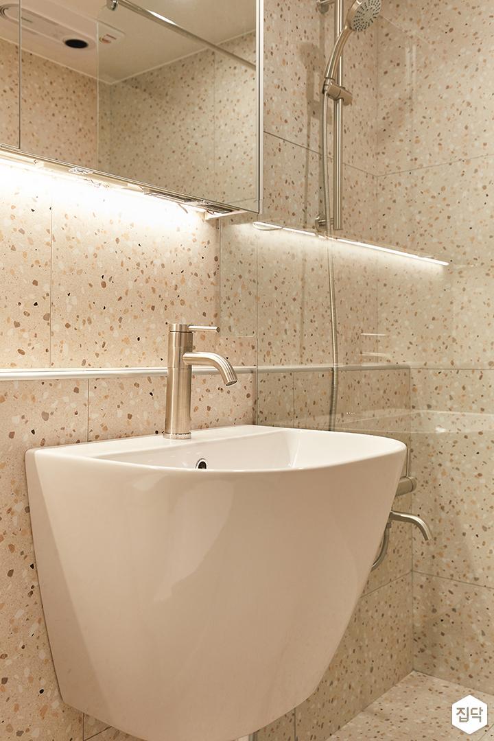 아이보리,모던,내추럴,욕실,포세린,테라조,간접조명,세면대,거울,유리파티션