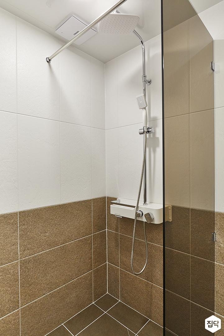 화이트,브라운,모던,욕실,포세린,유리파티션,샤워기