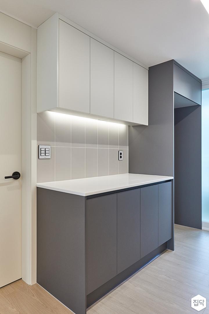 화이트,그레이,모던,주방,간접조명,수납장,냉장고장