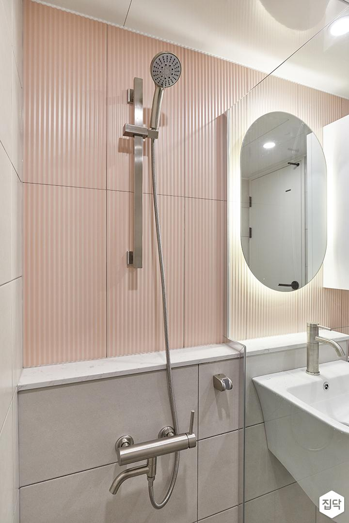 화이트,핑크,모던,욕실,욕실타일,유리파티션,샤워기