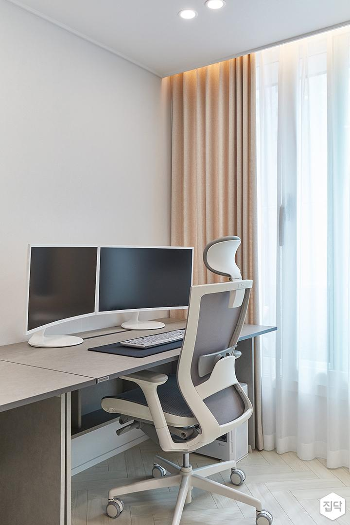 화이트,모던,내추럴,방,서재,간접조명,매립등,책상,커튼