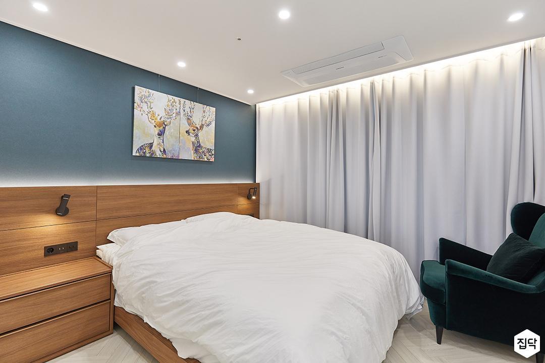 화이트,블루,내츄럴,뉴클래식,안방,침실,우드,간접조명,브라켓조명,침대,커튼