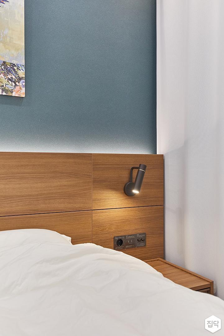 화이트,블루,내츄럴,뉴클래식,안방,침실,우드,브라켓조명,침대