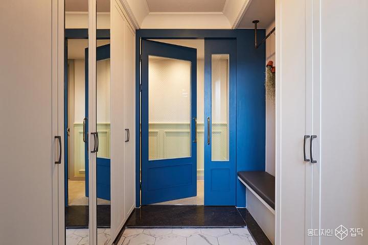 블루,중문,여닫이문,비대칭,화이트,파란문