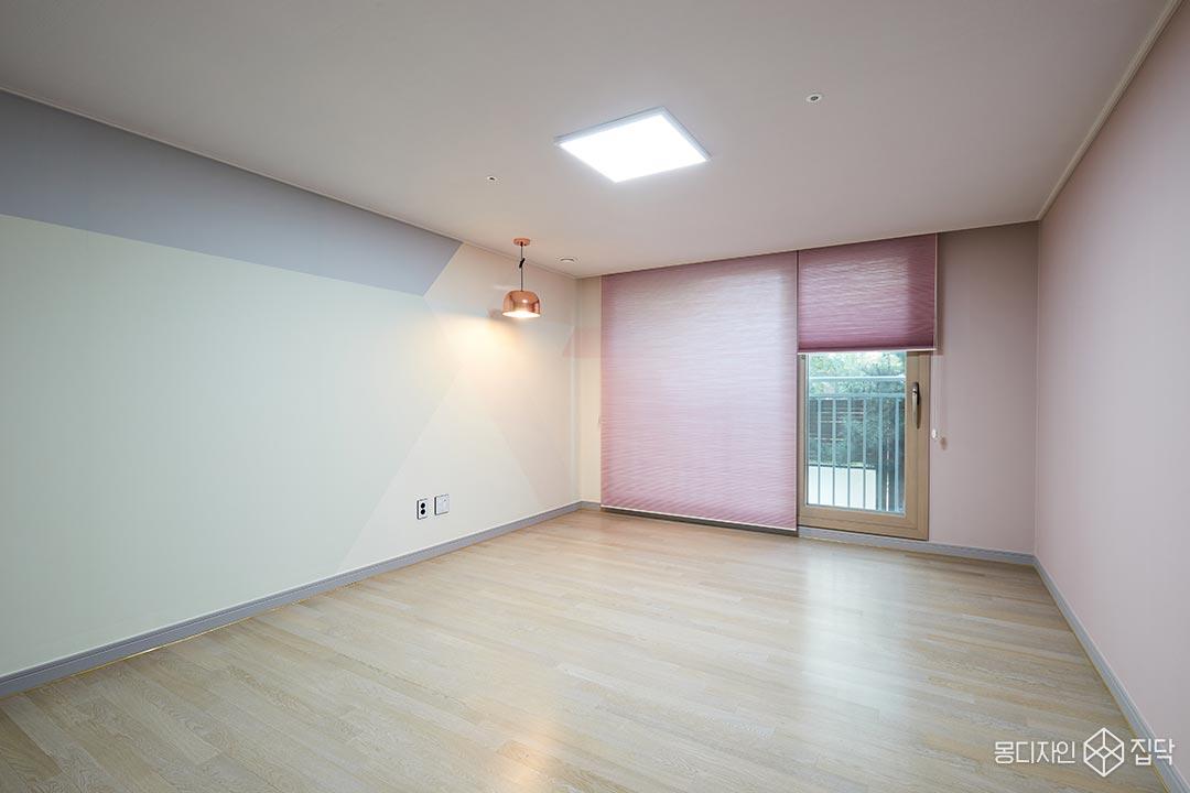뮤럴벽지,펜던트조명,블라인드,핑크