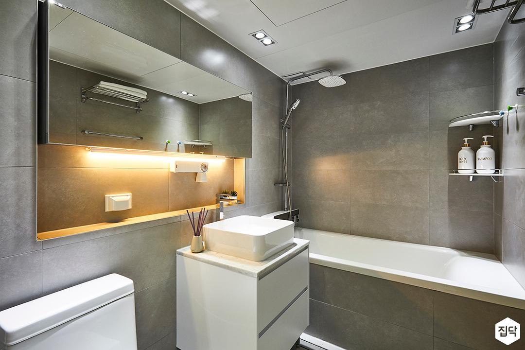 그레이,모던,욕실,화장실,욕실타일,간접조명,다운라이트조명,수전,수납장,세면대,욕조,코너선반,샤워기,거울