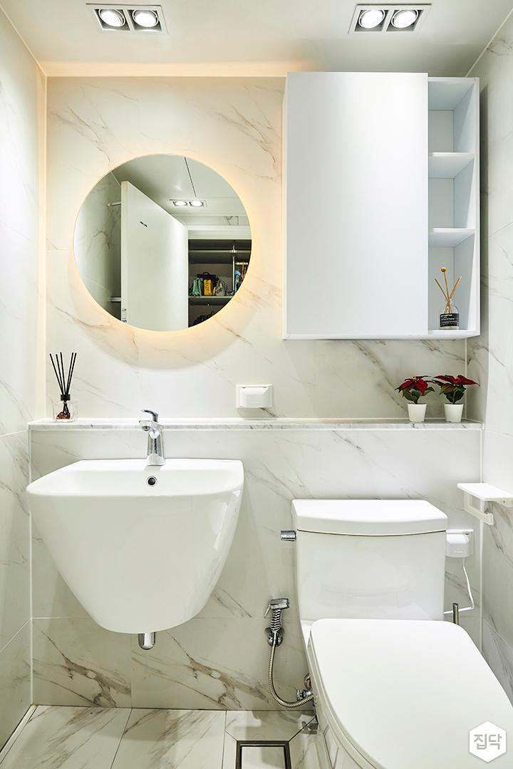 화이트,실버,모던,욕실,화장실,대리석,욕실타일,간접조명,다운라이트조명,세면대,거울,수납장