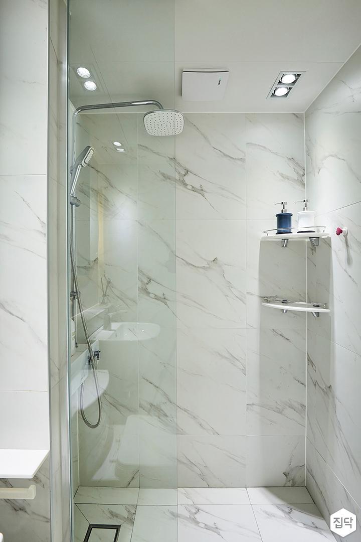 화이트,실버,모던,욕실,화장실,대리석,욕실타일,매립등,다운라이트조명,유리파티션,파티션,코너선반,샤워기