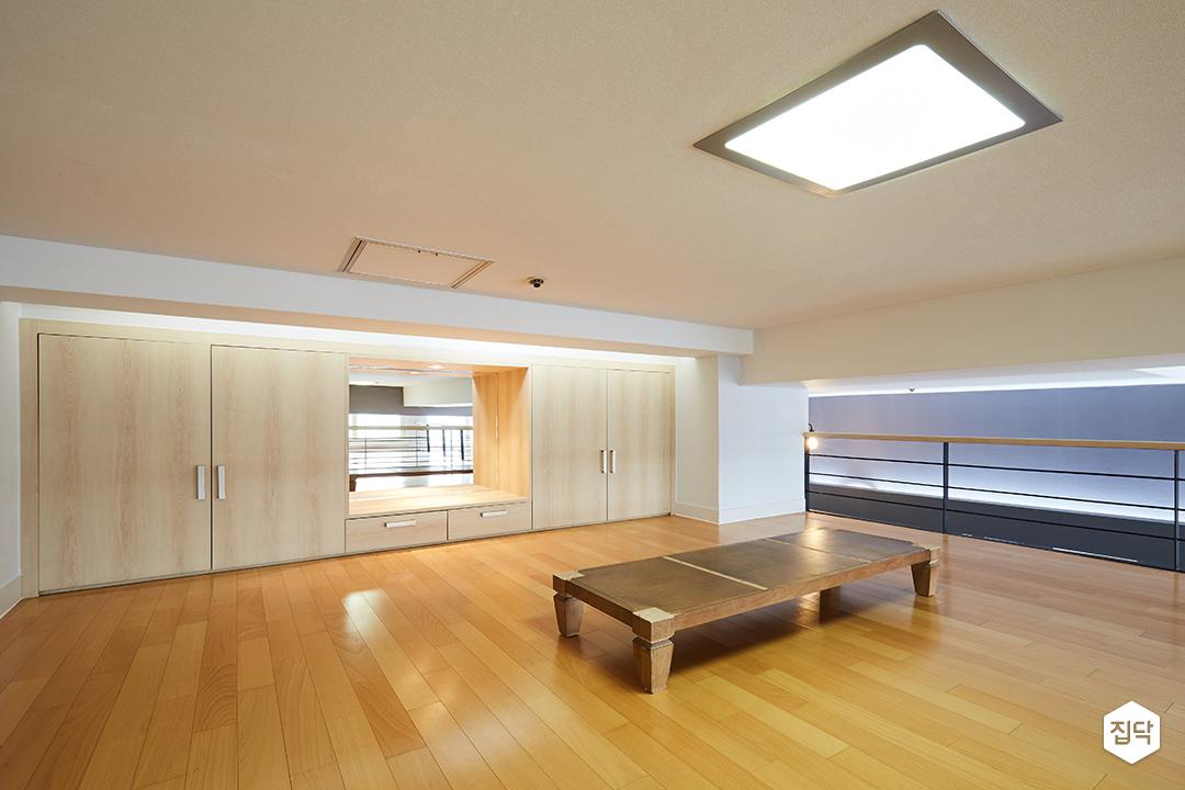 강마루,난간,LED조명,그레이,수납장,복층,원목탁자