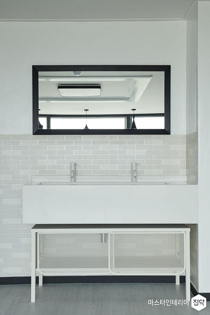 거울,세면대,벽돌타일,화이트,블랙필름