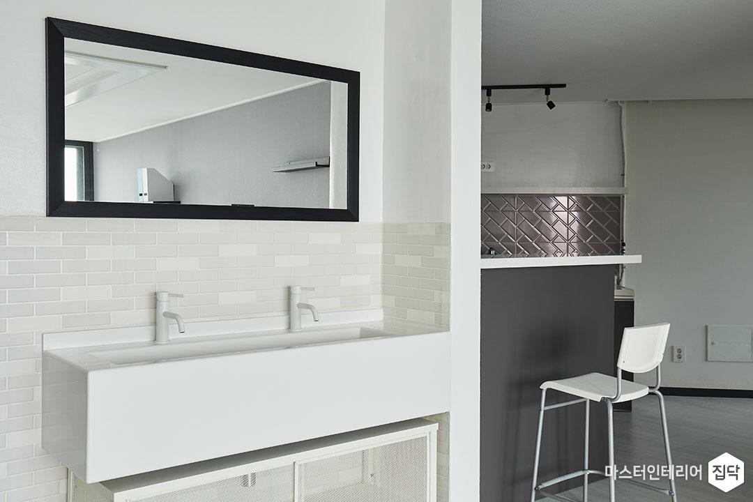 세면대,거울,블랙&화이트,바닥타일,수납장,망입