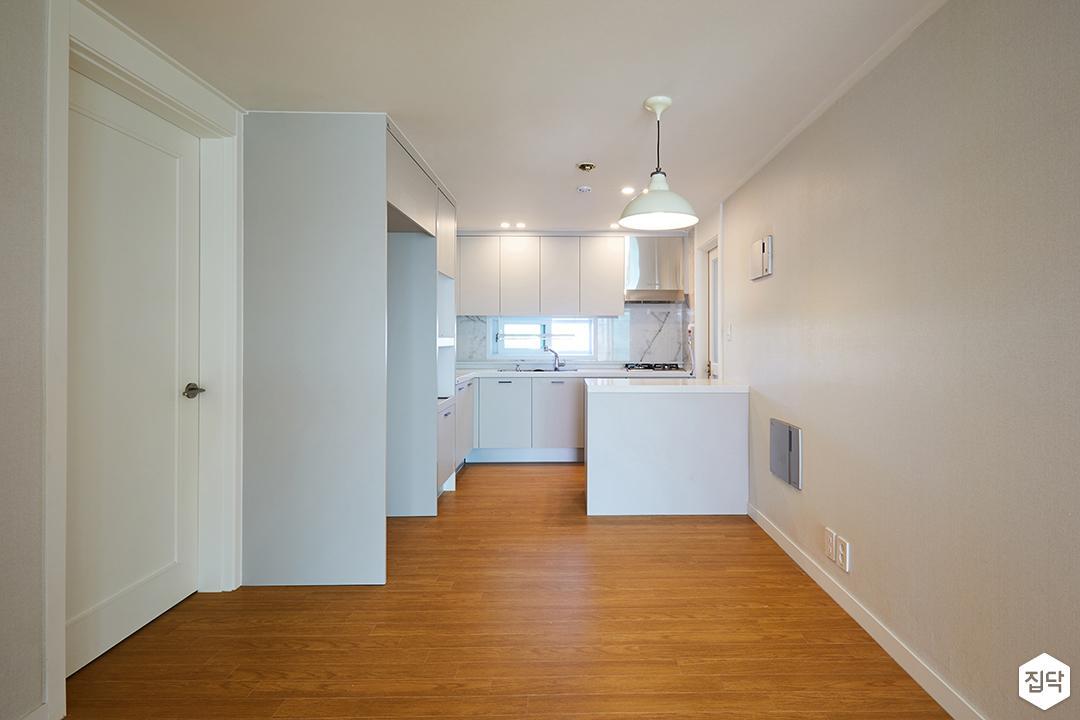 주방,냉장고장,아일랜드식탁,ㄱ자형싱크대,펜던트조명,화이트,모던