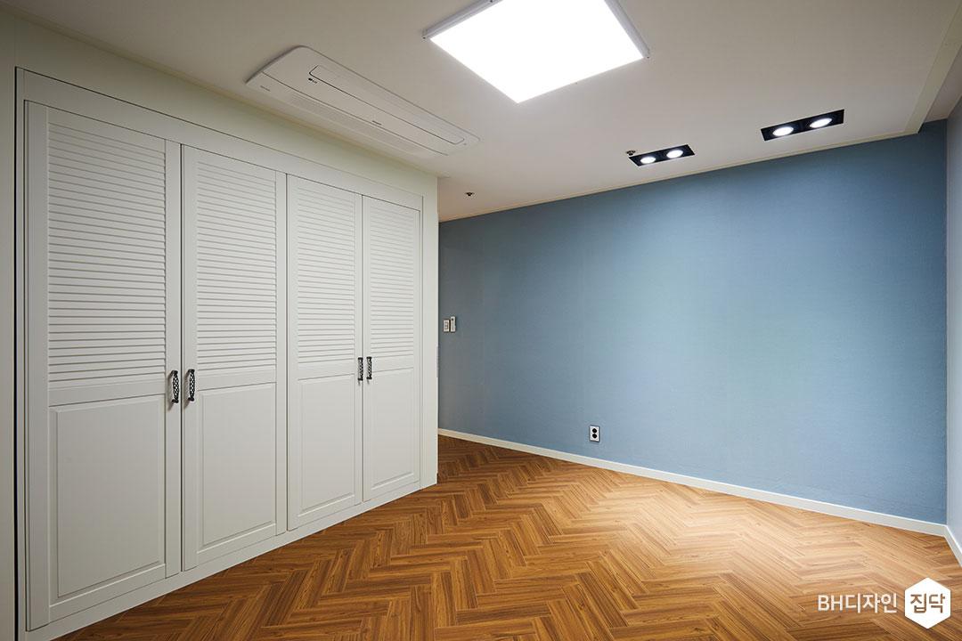 갤러리콤비,붙박이장,수납공간,블루,실크벽지,헤링본,LED조명
