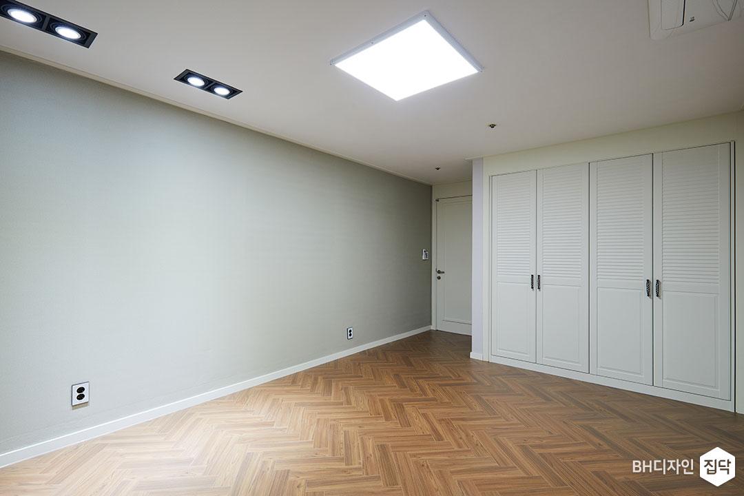 그레이,실크벽지,헤링본,LED조명,강마루,붙박이장,갤러리콤비