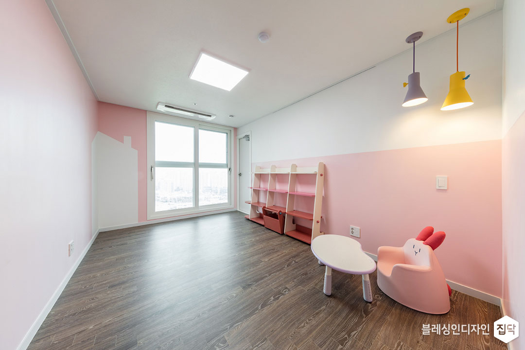 핑크,화이트,아이방,원목마루,LED조명,펜던트조명