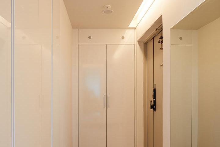 방화문,현관,붙박이장,신발장,거울,화이트,간접조명