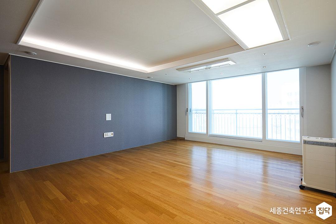 거실,발코니,화이트,페인트시공,우물천장,마루,LED
