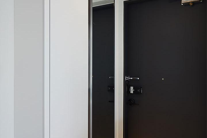 현관,모던,블랙&화이트,간접조명,대리석타일,하부띄움