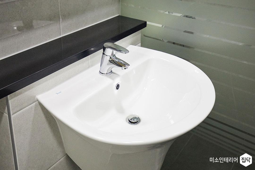 반다리세면대,욕실,화장실,환풍기,편백나무,천장,타일,그레이