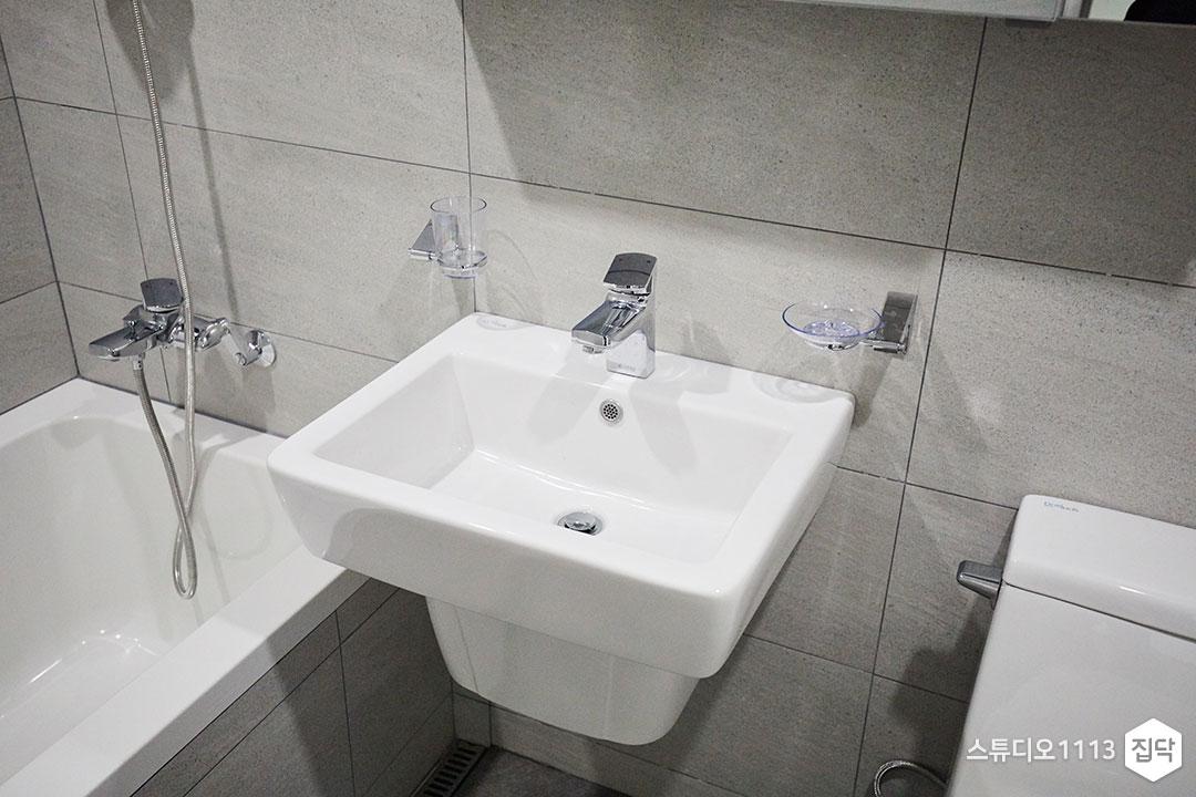 욕실,물매,타일,그레이,욕조,반다리세면대,거울수납장