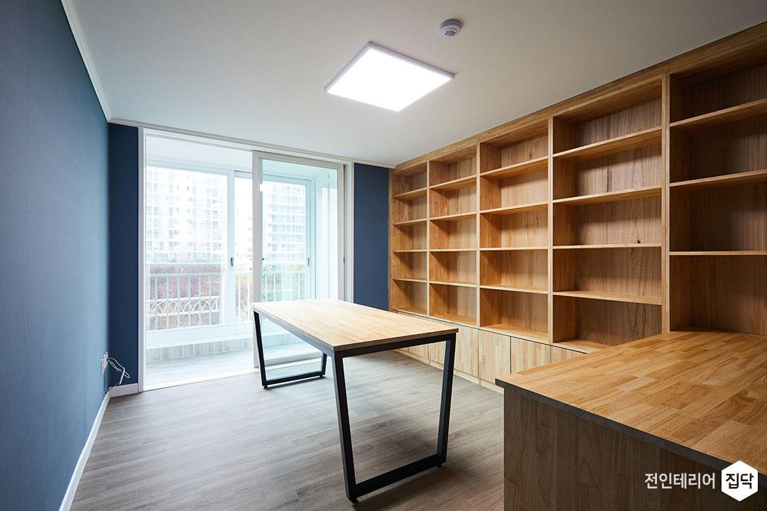 서재,내츄럴,브라운,원목,책장,테이블,벽지