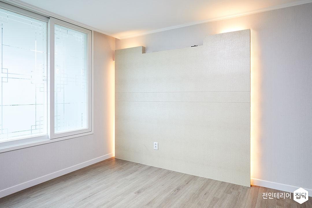 안방,모던,화이트,침대헤드,가벽,콘센트,간접조명,구정마루