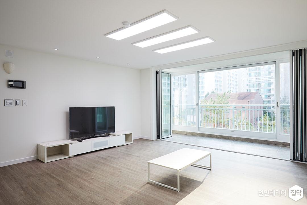 거실,내츄럴,모던,화이트,구정마루,폴딩도어,LED조명