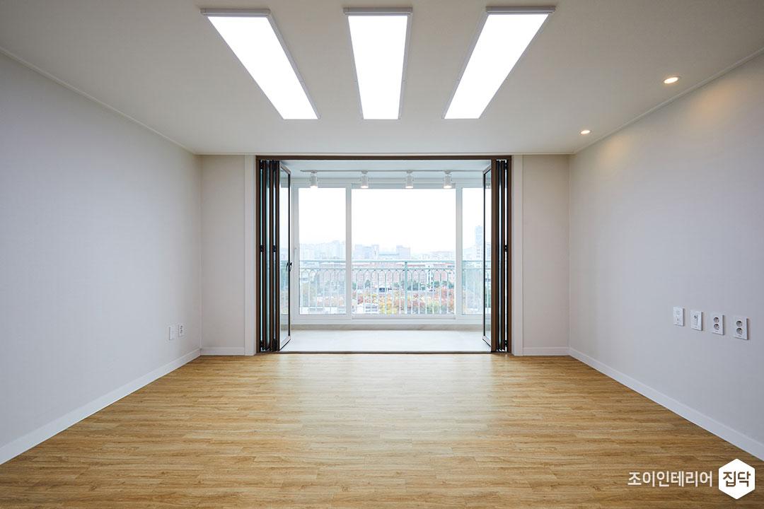 거실,내츄럴,화이트,우드,LED조명,다운라이트조명,폴딩도어