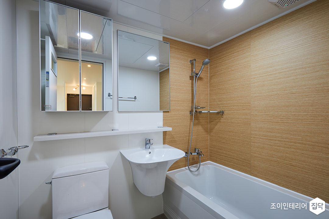 욕실,화이트,우드패널,욕조,거울수납장,무지주선반