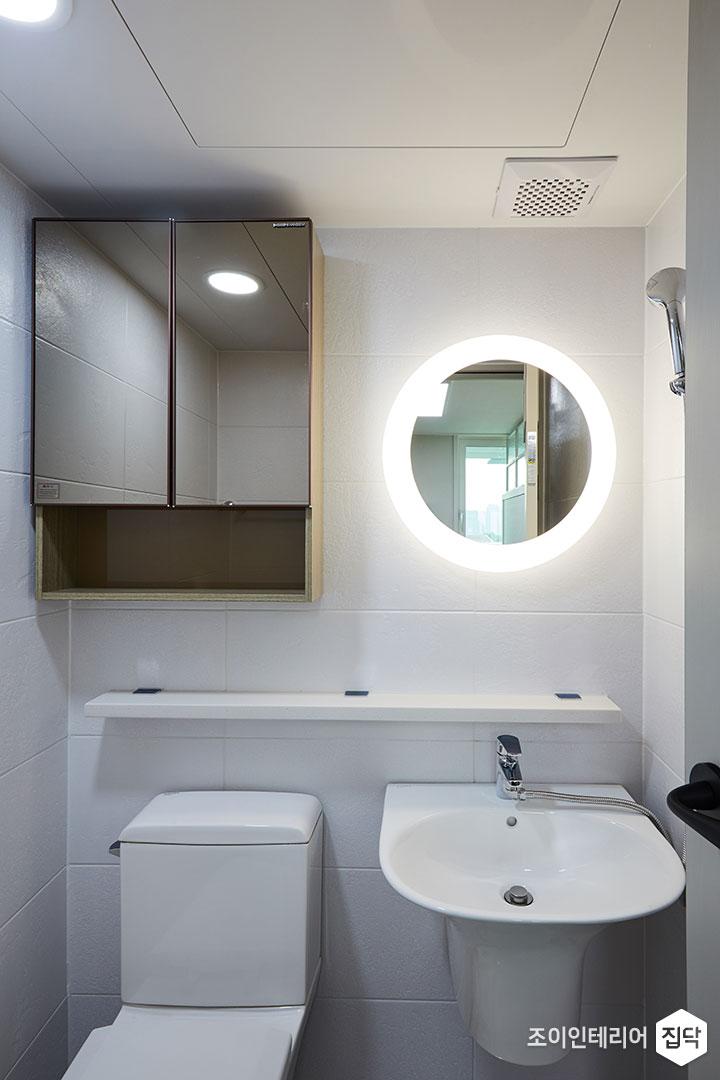 안방욕실,수납장,디자인거울,조명,무지주선반,화이트
