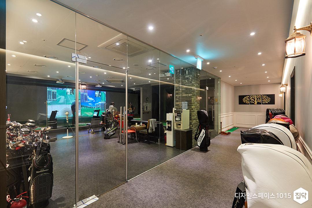 타석연습실,투명유리,다운라이트조명,브라켓조명
