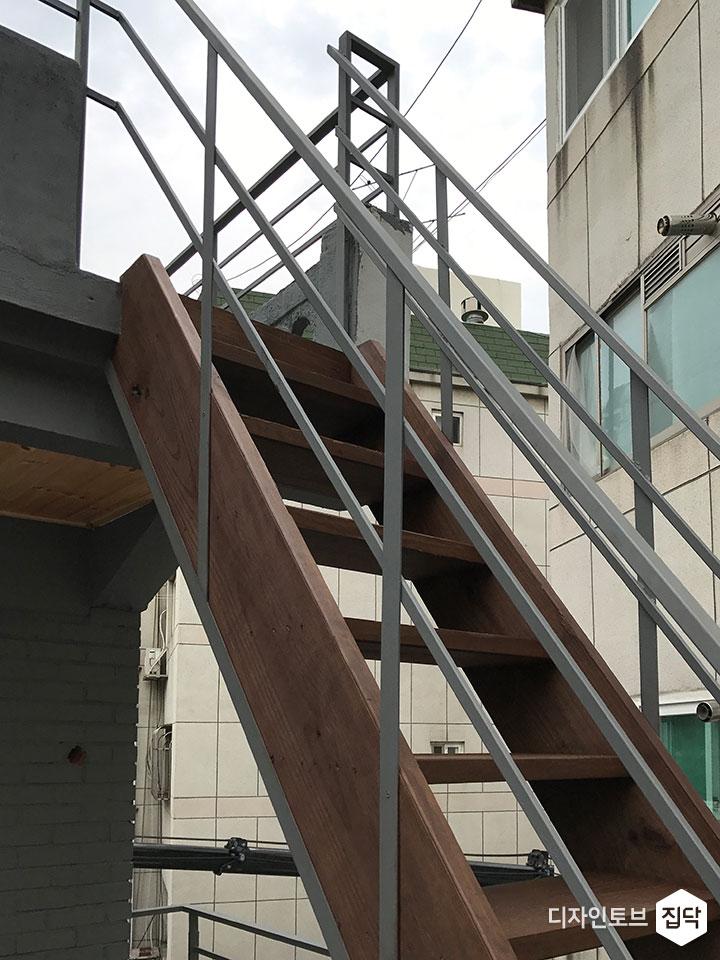 목재계단,옥상,난간,데크,그레이