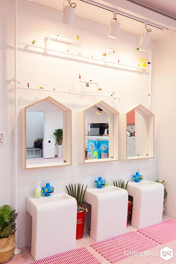 세면대,거울,포인트조명,화이트