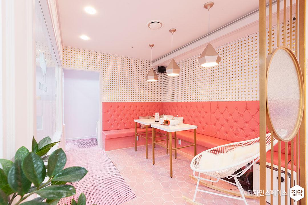 핑크,붙박이,쇼파,펜던트조명