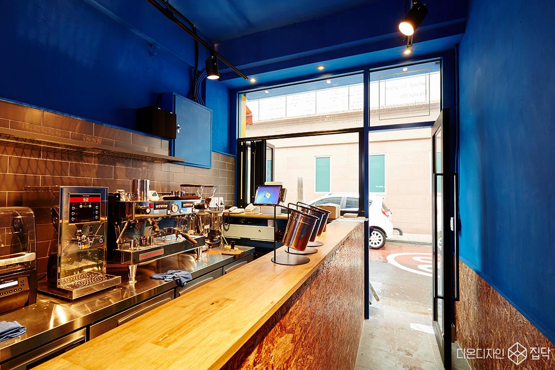 블루,OSB합판,빈티지,카페,내부