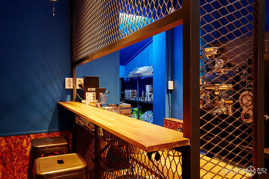 인더스트리얼,철망,의자,카페,블루