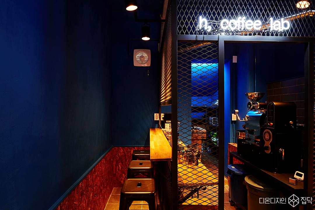카페,블루,OSB합판,인더스트리얼,빈티지,내부