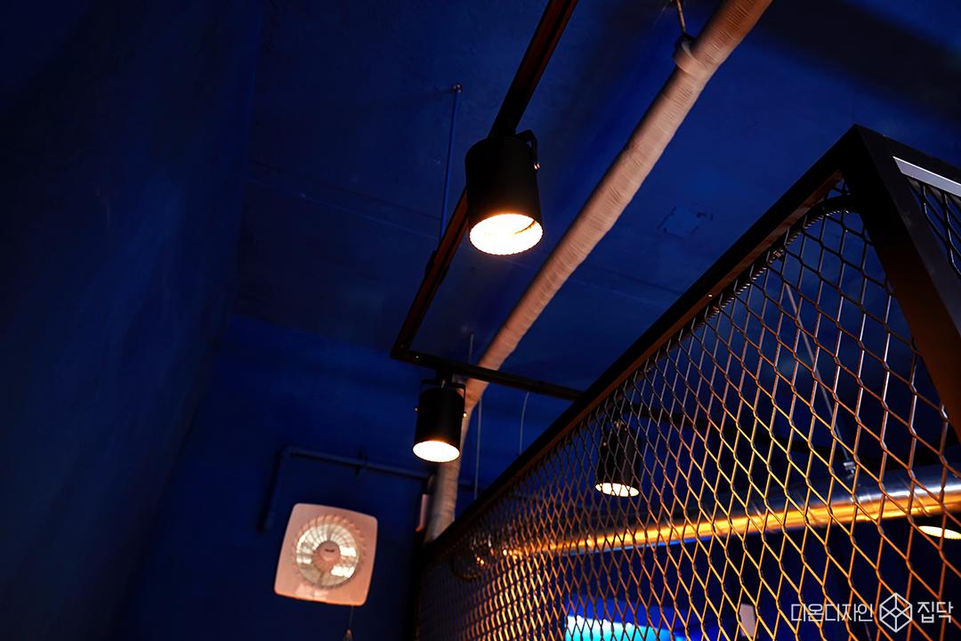 레일조명,노출천장,블루,카페,내부