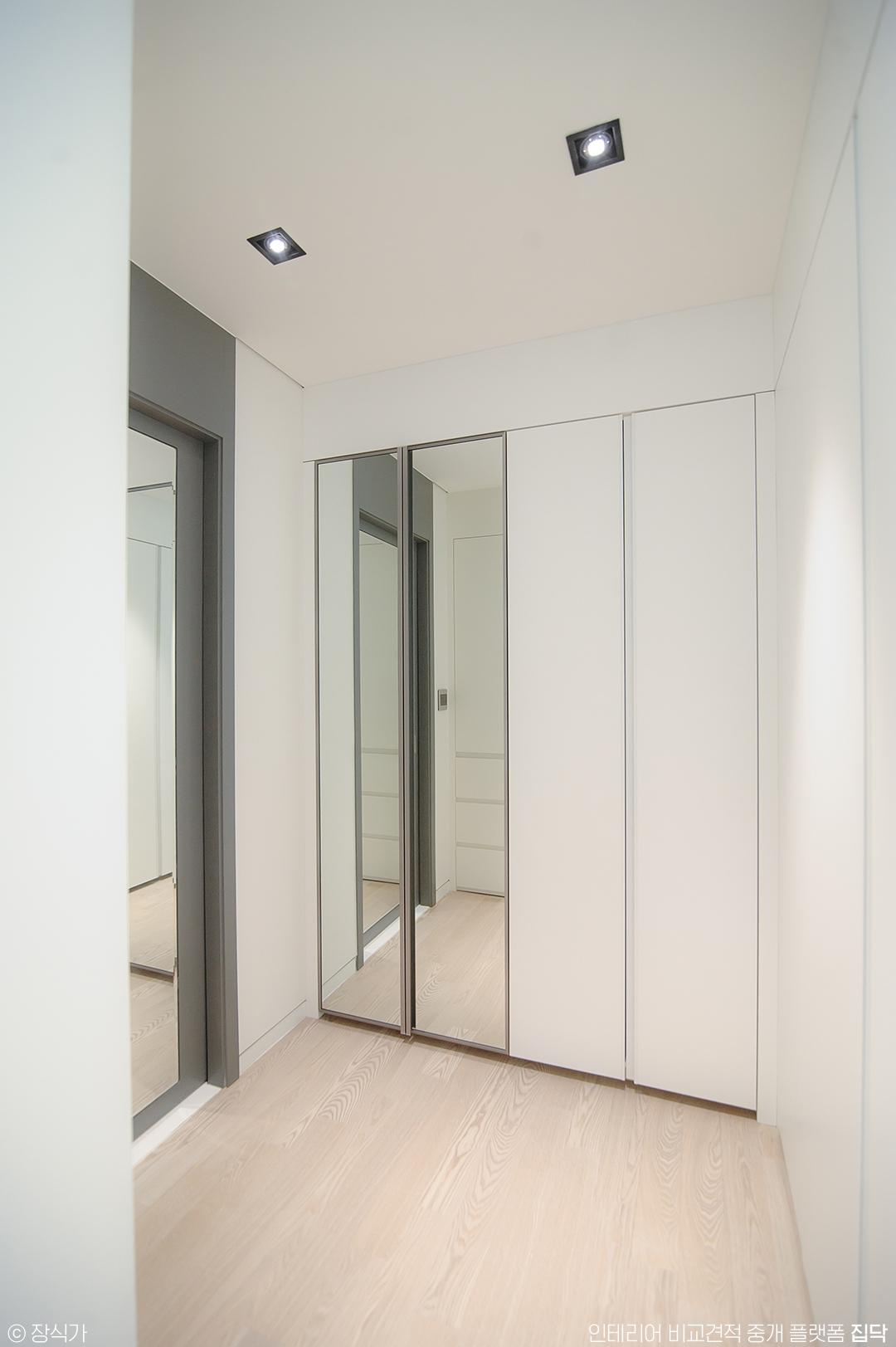 드레스룸,수납,거울,거울장,화이트