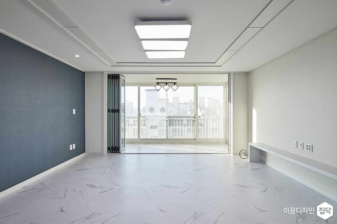 거실,화이트,모던,LED조명,다운라이트조명,TV선반,비앙코카라라,폴딩도어
