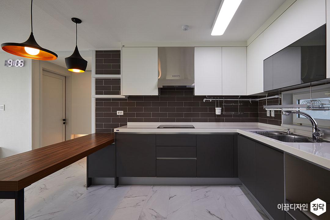 주방,그레이,화이트,모던,펜던트조명,ㄱ자싱크대,LED조명,무지주선반,원목식탁,아일랜드식탁
