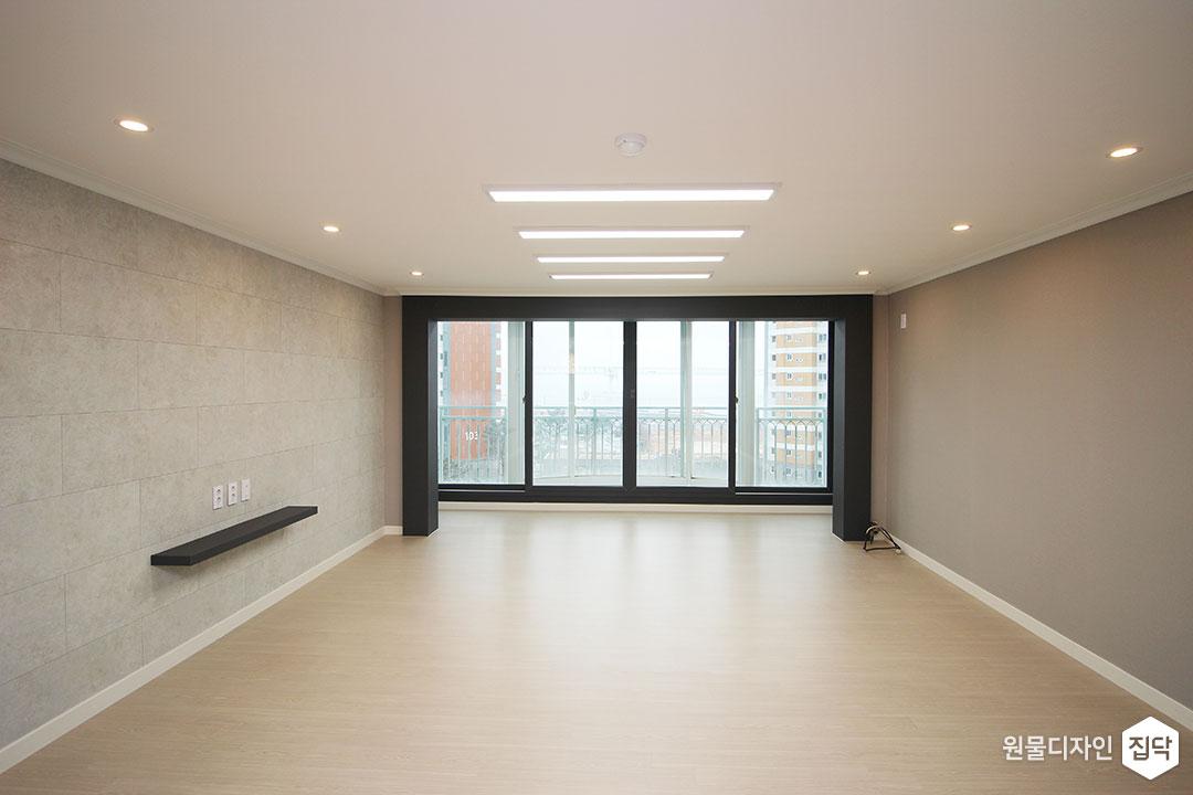 거실,그레이,모던,LED조명,슬림엣지조명,다운라이트조명,강마루,무지주선반,아트월