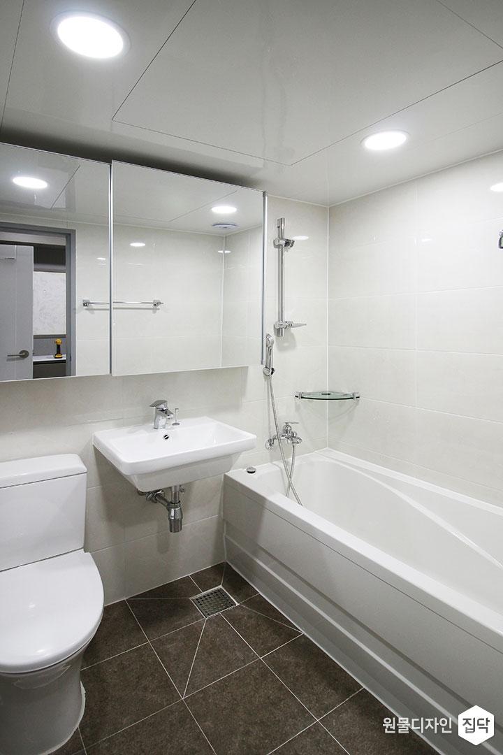 안방욕실,화이트,모던,슬라이딩거울장,세면대,욕조,코너선반,다운라이트조명