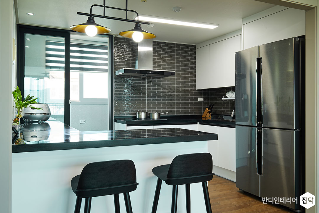 주방,그레이,화이트,빈티지,펜던트조명,아일랜드식탁,LED조명,ㄱ자싱크대,냉장고장