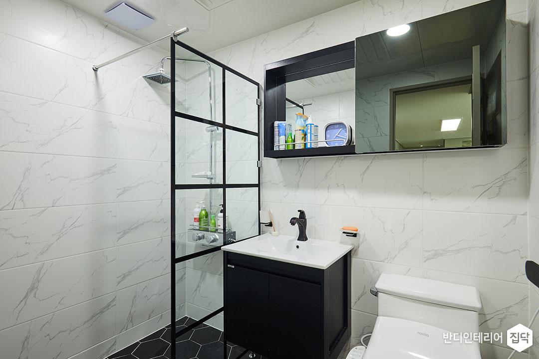 욕실,화이트,모던,유리파티션,샤워부스,해바라기샤워기,세면대,거울장,비앙코카라라