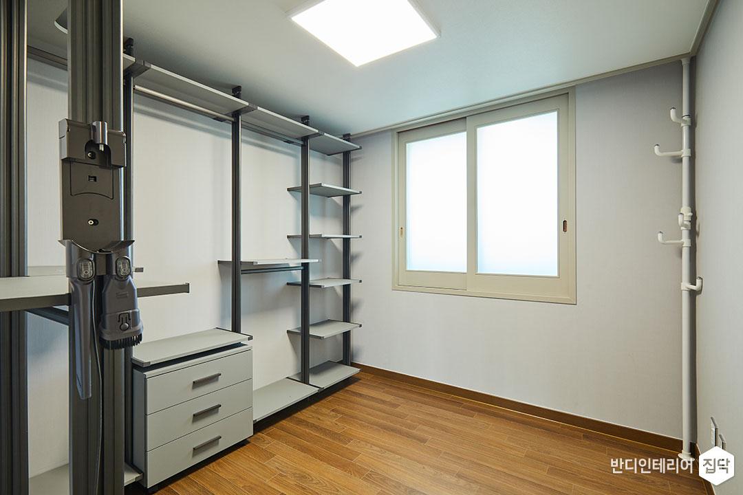 드레스룸,화이트,심플,LED조명,행거,수납공간,선반