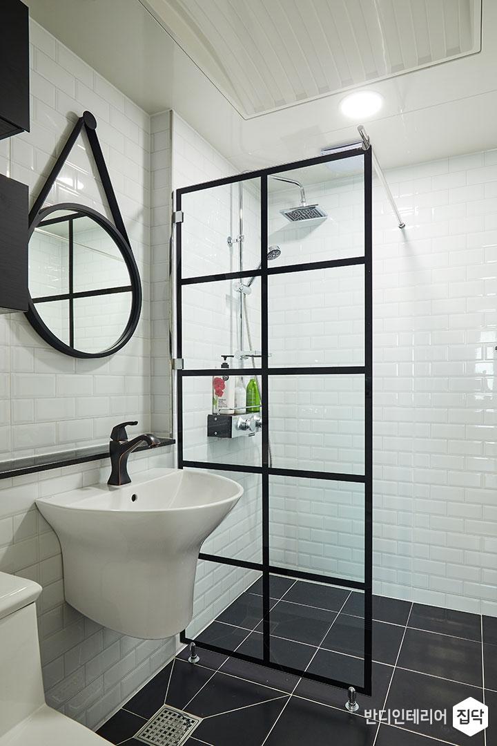 안방욕실,화이트,모던,유리파티션,샤워부스,해바라기샤워기,젠다이,스트랩거울,원형거울,세면대