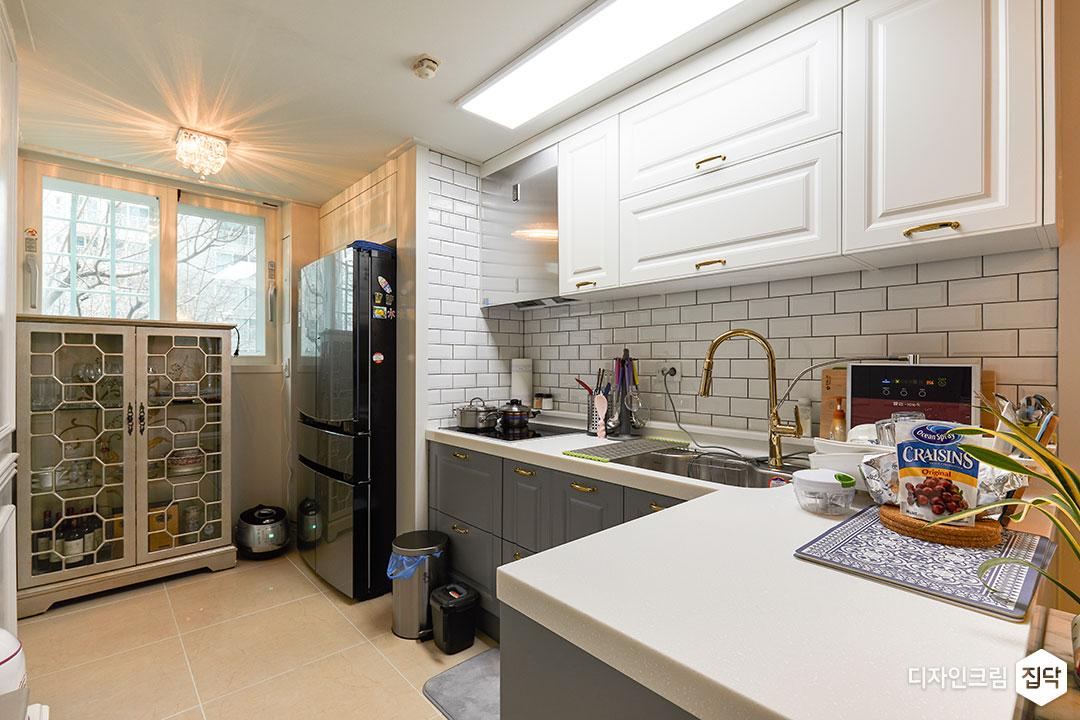 주방,화이트,그레이,모던,LED조명,슬림엣지조명,ㄱ자싱크대,냉장고장