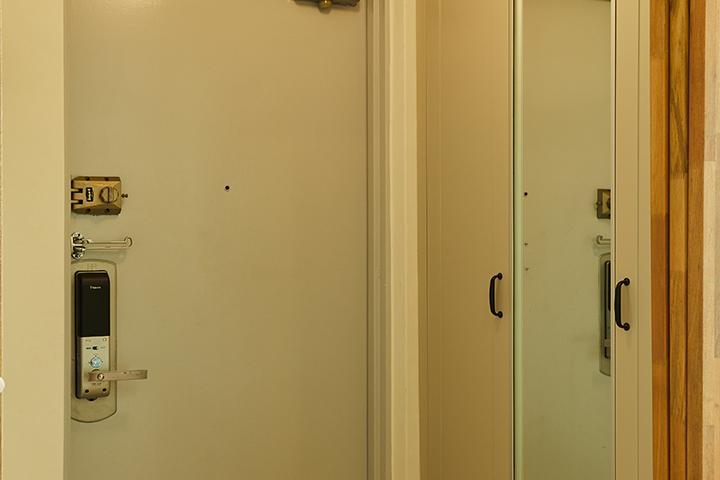 현관,화이트,모던,신발장,하부띄움,간접조명,거울